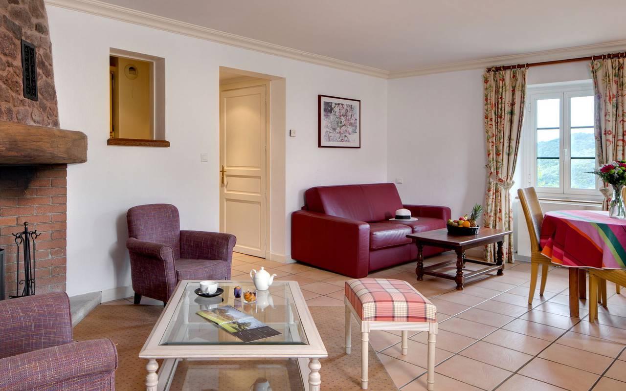 Salón con chimenea en el spa hotel roussillon