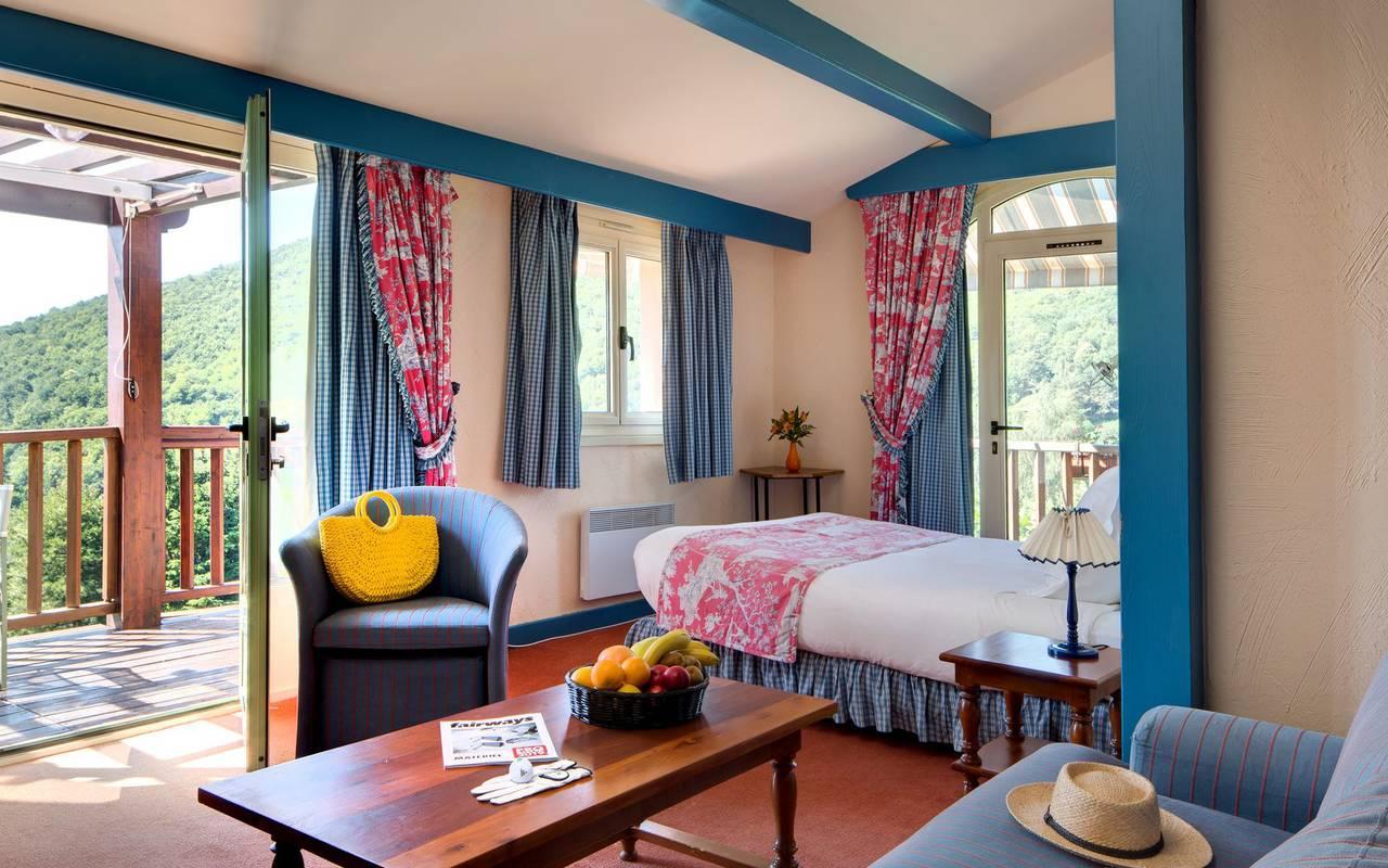 Habitación luminosa con balcón en el hotel Pyrenees.
