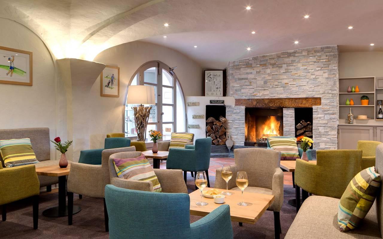 Salón con chimenea hotel languedoc rosellon