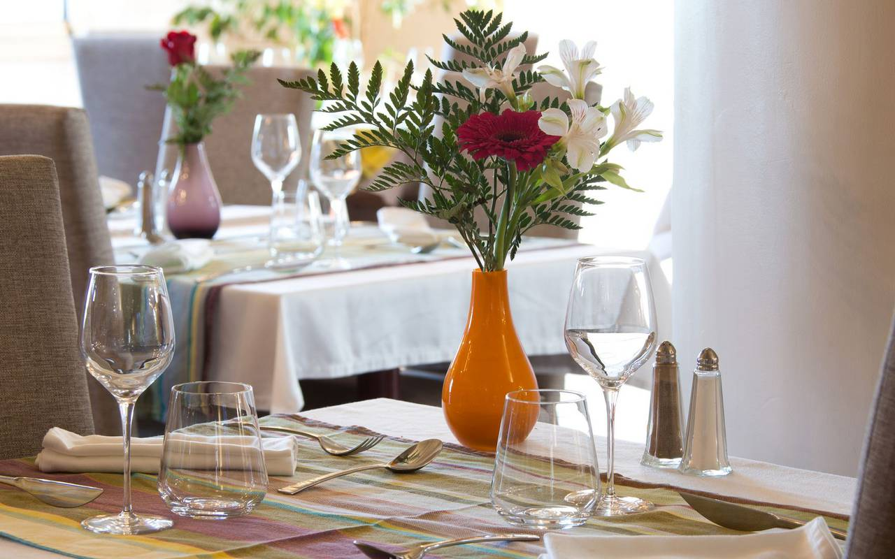 Mesa para 2 con ramo de flores restaurante saint laurent de cerdans