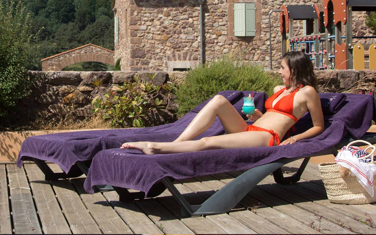 Mujer en una tumbona de hotel con piscina al sur de Francia