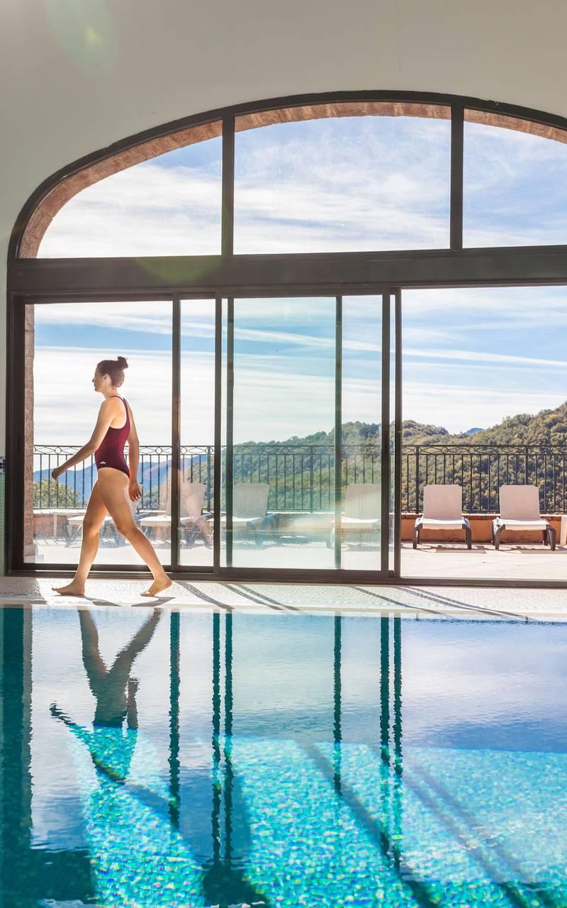 mujer en la piscina alquiler de apartamentos cataluña