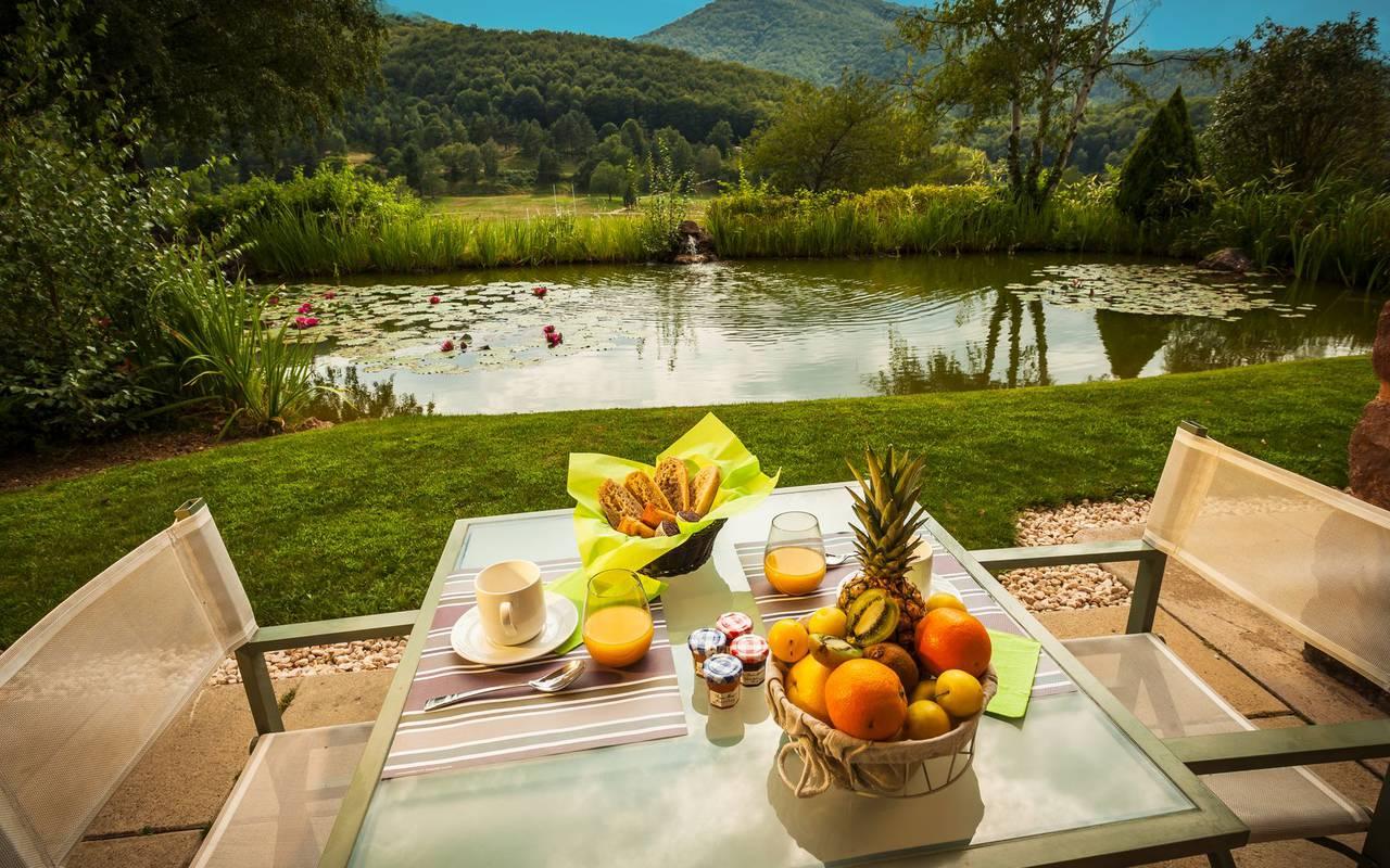 petit déjeuner sur une terrasse hôtel insolite occitanie