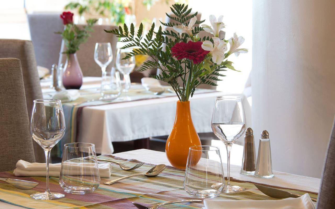 Table pour 2 avec bouquet de fleur restaurant saint laurent de cerdans