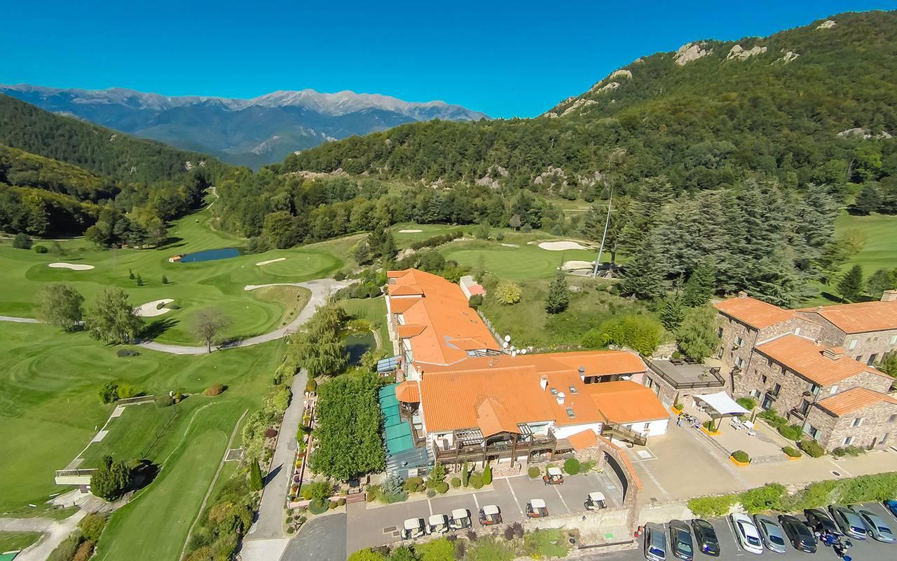 Admirez l'immensité de notre terrain de golf et de son cadre enchanteur et verdoyant pour un séjour unique à nos côtés, hôtel restaurant Pyrénées-Orientales, Domaine de Falgos.